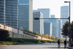 2 китайских люд идя в высокотехнологичную зону Стоковое фото RF