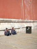 2 китайских люд сидят на поле и дыме Стоковые Изображения