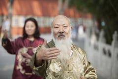2 китайского народа практикуя Tai Ji в традиционном костюме Стоковое фото RF