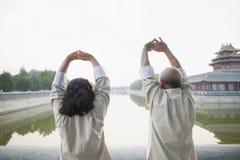 2 китайского народа работая Outdoors каналом, Пекином Стоковое Фото