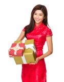 Китайское владение женщины с большой подарочной коробкой Стоковые Изображения
