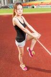 Китайское женское athelete протягивая ноги на спортивной площадке, грея Стоковое Изображение