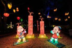 китайское Новый Год фонариков Мальчики с фейерверками стоковые фотографии rf