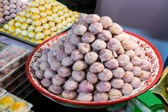 Китайское печенье заполнило с фасолью mung и фиолетовыми затиром батата и sa стоковая фотография rf