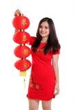 Китайское повышение девушки красный изолированный фонарик Стоковое Изображение