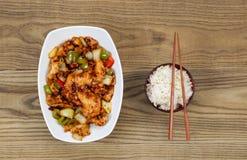 Китайское пряное блюдо цыпленка с рисом в шаре на увяданной древесине Стоковое фото RF