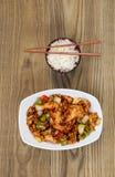Китайское пряное блюдо цыпленка с рисом в шаре на увяданной древесине Стоковое Изображение RF