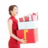 китайское счастливое Новый Год детеныши женщины удерживания подарка коробки Стоковое Фото