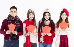 китайское счастливое Новый Год молодая группа показывая красный конверт Стоковая Фотография RF