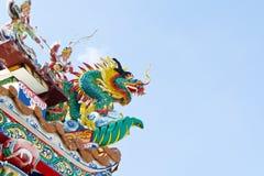 Китайское украшение дракона на крыше против голубого неба Стоковая Фотография