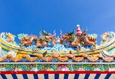 Китайское украшение дракона на крыше против голубого неба Стоковое Фото
