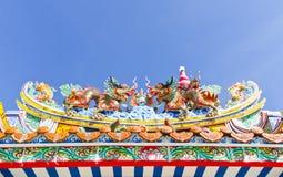 Китайское украшение дракона на крыше против голубого неба Стоковые Изображения
