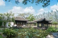 Китайское pavillion Pavillion в старом китайском стиле архитектуры озером лилии воды против яркого голубого неба стоковая фотография