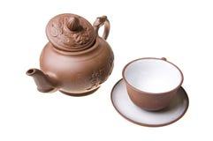 китайской изолированная чашкой белизна чайника Стоковое Изображение