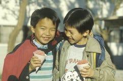 2 Китайск-американских мальчика есть snowcones в Чайна-тауне, Лос-Анджелесе, CA Стоковая Фотография