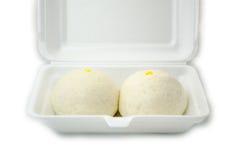2 китайца испарились плюшки в белой коробке изолированной на белом backgrou Стоковое Изображение