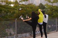 3 китайца молодых женщин делая протягивающ тренировку Стоковые Фотографии RF