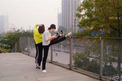 3 китайца молодых женщин делая протягивающ тренировку Стоковая Фотография
