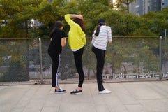 3 китайца молодых женщин делая протягивающ тренировку Стоковые Изображения RF