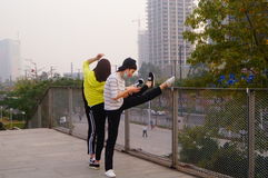 3 китайца молодых женщин делая протягивающ тренировку Стоковое Изображение RF