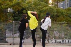 3 китайца молодых женщин делая протягивающ тренировку Стоковое фото RF