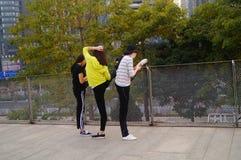 3 китайца молодых женщин делая протягивающ тренировку Стоковые Изображения