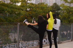 3 китайца молодых женщин делая протягивающ тренировку Стоковая Фотография RF