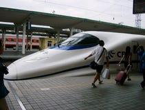 Китай: Быстроходный поезд на платформе станции стоковое изображение