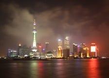 Китай. Взгляд ночи Шанхая. Район Пудуна стоковая фотография