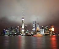 Китай. Взгляд ночи Шанхая. Район Пудуна стоковое изображение