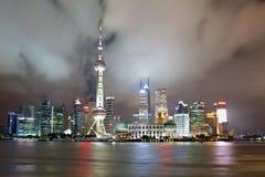 Китай взгляд shanghai ночи Район Пудуна стоковые изображения rf