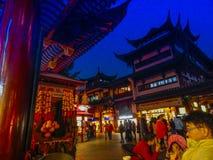 Китай Ноча декабрь 2013 Шанхая Yuyuan стоковое фото rf