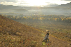 Китай/Синьцзян-Уйгурский автономный район: девушка ся в утре восхода солнца стоковая фотография