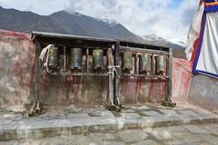 Китай, Тибет, Лхаса Старый монастырь Pabongka Тибетские колеса молитве или крены ` s молитве верных буддистов стоковое изображение rf