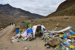 Китай, Тибет Святой для буддистов камень на пути вокруг горы Kailas, после пропуска Ла Drolma стоковое фото rf
