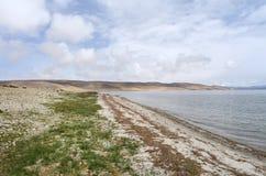 Китай, Тибет, священное озеро для буддистов Manasarovar в июне в пасмурной погоде стоковая фотография