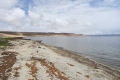 Китай, Тибет, священное озеро для буддистов Manasarovar в июне в пасмурной погоде стоковое изображение