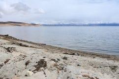 Китай, Тибет, священное озеро для буддистов Manasarovar в июне в пасмурной погоде стоковое фото rf