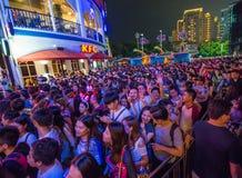 Китай Шэньчжэнь много людей сжимали в тематический парк для того чтобы участвовать в деятельностях при хеллоуина Стоковая Фотография RF