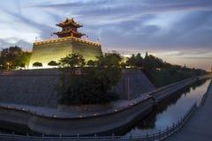 Китай, XI ', стена древнего города на ноче Стоковая Фотография