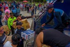 Кито, эквадор - 17-ое апреля 2016: Толпа людей Кито обеспечивая еду, одежды, медицину и воду гуманитарной помощи Стоковое Фото