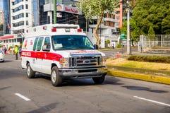 КИТО, ЭКВАДОР - 7-ОЕ ИЮЛЯ 2015: Машина скорой помощи всегда близко для каждого события в городе, Папе Франсиско приезжая Стоковые Изображения RF