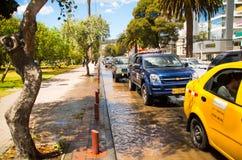 КИТО, ЭКВАДОР - 20-ОЕ СЕНТЯБРЯ 2016: Автомобиль едет на затопленной дороге в городе Кито после проливного дождя Стоковое Изображение RF