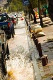 КИТО, ЭКВАДОР - 20-ОЕ СЕНТЯБРЯ 2016: Автомобиль едет на затопленной дороге в городе Кито после проливного дождя Стоковое Фото
