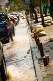 КИТО, ЭКВАДОР - 20-ОЕ СЕНТЯБРЯ 2016: Автомобиль едет на затопленной дороге в городе Кито после проливного дождя Стоковые Фото