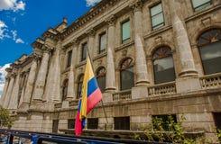 КИТО, ЭКВАДОР - 10-ОЕ СЕНТЯБРЯ 2017: Красивый вид колониальных зданий с эквадорской смертной казнью через повешение флага от Стоковое Изображение