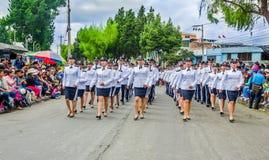 Кито, эквадор - 31-ое января 2018: Внешний взгляд неопознанной группы в составе женщины нося форму полиции и идя внутри Стоковое фото RF
