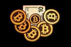 Кито, эквадор - 31-ое января 2018: Крытый взгляд много золотых логотипов Bitcoin над счетом 10 долларов Bitcoin Стоковые Изображения RF