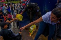 Кито, эквадор - 17-ое апреля 2016: Толпа людей Кито обеспечивая еду, одежды, медицину и воду гуманитарной помощи Стоковые Изображения RF