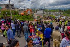 Кито, эквадор - 17-ое апреля 2016: Толпа людей смотря дом разрушенный землетрясением, и тяжелой техникой очищая disas Стоковая Фотография